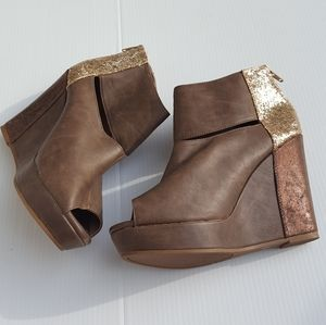 Arizona   Brown Gold Wedge Open Toe Booties size 9